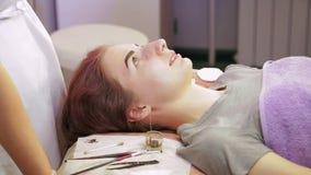 Gabinete cosmético del cliente con las cejas alheña-coloreadas almacen de metraje de vídeo