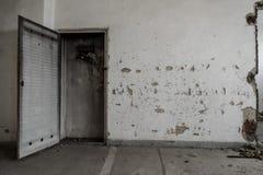 Gabinete dañado en el edificio abandonado Imagen de archivo libre de regalías
