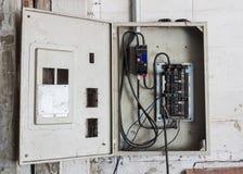 Gabinete de alto voltaje viejo imagen de archivo libre de regalías