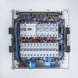 Gabinete de control eléctrico en la pared blanca en casa imagen de archivo libre de regalías