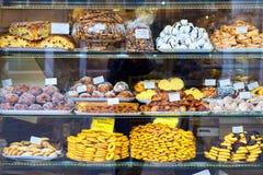 Gabinete de exhibición de la panadería con las galletas en Italia - Venecia Fotografía de archivo libre de regalías