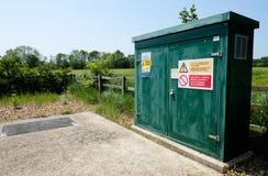 Gabinete de Internet y de las telecomunicaciones instalado en una ubicación rural imagen de archivo