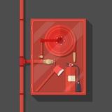 Gabinete de la manguera de bomberos en fondo oscuro Fotografía de archivo