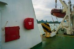 Gabinete de la manguera de bomberos y motora del rescate en el transbordador listo para la acción Imagen de archivo