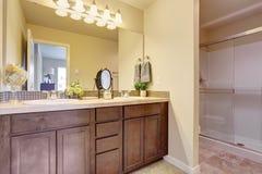 Gabinete de la vanidad del cuarto de baño con el espejo grande Imágenes de archivo libres de regalías