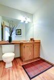 Gabinete de la vanidad del cuarto de baño con la encimera y el espejo Fotografía de archivo