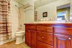 Gabinete de la vanidad del cuarto de baño con los cajones y dos fregaderos Imagen de archivo