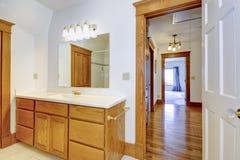 Gabinete de la vanidad del cuarto de baño del arce Foto de archivo libre de regalías