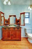 Gabinete de la vanidad del vintage con tres espejos en cuarto de baño azul claro fotos de archivo libres de regalías