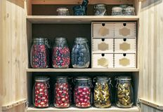 Gabinete de madera con los tarros de cristal de salmueras y de adobos en un estilo conceptual imagen de archivo libre de regalías