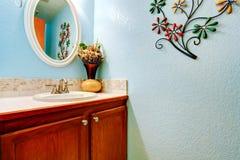 Gabinete de madera de la vanidad en cuarto de baño azul claro Fotos de archivo libres de regalías