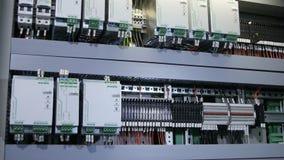 Gabinete del panel del control automático con los bloques de los alambres de los botones almacen de metraje de vídeo