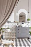 Gabinete gris con el lavabo en interior moderno del cuarto de baño con dracmas imágenes de archivo libres de regalías