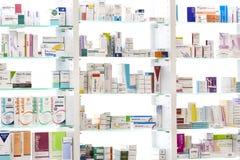 Gabinetes de la farmacia con las medicinas y las tabletas de las drogas y los aditivos alimenticios imágenes de archivo libres de regalías