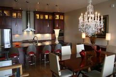 Gabinetes de madeira da cozinha de gama alta inoxidáveis Imagem de Stock