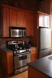 Gabinetes de madeira da cozinha de gama alta inoxidáveis Imagens de Stock