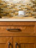 Gabinetes de madera de la cereza de alta calidad con el hardware de bronce del gabinete, las encimeras del cuarzo y el backsplash Fotos de archivo libres de regalías