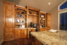 Gabinetes espaçosos do escritório home Fotografia de Stock Royalty Free