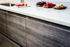 Gabinetes modernos de la base de la cocina Foto de archivo libre de regalías