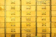 Gabinetti di medicina fatti di legno, giallo dipinto immagine stock
