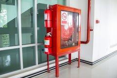 Gabinetto dell'estintore nell'edificio per uffici affinchè preparare prevengano incendio fotografie stock libere da diritti