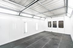 Gabinetto della pittura di spruzzo in una stazione di riparazione dell'automobile Concetto automatico di servizio Pittura di alta Fotografie Stock Libere da Diritti
