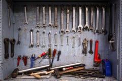 Gabinetto di strumento di riparazione che è pieno di attrezzatura per lavoro industriale immagini stock libere da diritti