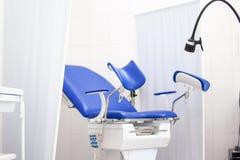 Gabinetto ginecologico nell'ospedale della clinica con la sedia blu e l'altra attrezzatura medica Salute della donna, neonata e fotografie stock