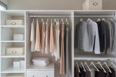gabinetto moderno con i vestiti immagini stock libere da diritti