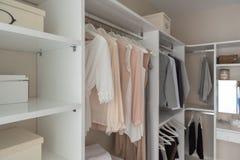 gabinetto moderno con i vestiti fotografia stock libera da diritti