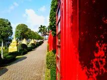 Gabinetto rosso accanto ad un bello passaggio pedonale fotografia stock libera da diritti