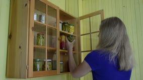 Gabinetto verde oliva del barattolo della donna archivi video