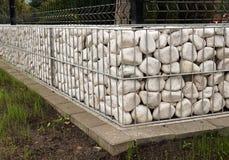 Gabion La nouvelle barrière de jardin utilisant des paniers en métal a rempli de p blanc photo libre de droits