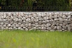 Gabion A maneira impressionante de cercar o jardim, cestas do metal enche-se fotografia de stock royalty free