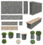 Gabion - stenar i trådingrepp Väggen bänken, blomkrukor med växter av vaggar och metallspisgallrar bakgrund isolerad white Fr Arkivbild