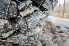 Gabiondozen die een rivier beschermen tegen erosie Royalty-vrije Stock Afbeeldingen