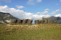 Gabions perto do forte do Mont-Dauphin, Hautes-Alpes francesas do vime foto de stock