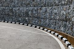 Gabions-Wand nahe der Betonstraße lizenzfreie stockfotografie
