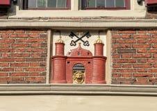 Gable Stone, a casa da brasão de Riga em Amsterdão, situada em Oudezijds Voorburgwal 14 imagens de stock
