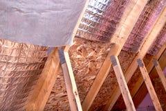 Gable View av det pågående projektet för husloftisolering med värme a arkivfoto