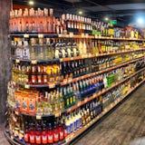 Gablota wystawowa alkoholiczni napoje przy łańcuszkowym hypermarket, zdjęcie royalty free