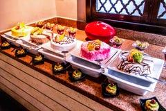 Gablota wystawowa bufet z cukierki deserem Zasycha, ciasta, ciastka w Egipt Makadi zatoce obrazy stock