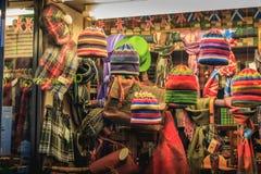 Gablota wystawowa ciepły sklep odzieżowy w historycznym centrum miasta i kapelusz obraz stock