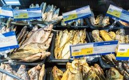 Gablota wystawowa z smakowitą uwędzoną i wysuszoną ryba w hypermarket Obrazy Stock