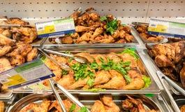 Gablota wystawowa z smakowitym pieczonego kurczaka mięsem Fotografia Royalty Free