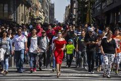 Gabriela Avila som Katrina Crossing gatan arkivbilder