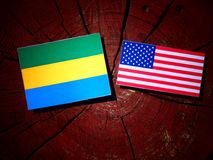 Gabun-Flagge mit USA-Flagge auf einem Baumstumpf lizenzfreies stockfoto