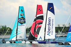 GAC Pindar, Alinghi och Team Aberdeen Singapore som springer på den extrema segla serien Singapore 2013 Arkivfoto