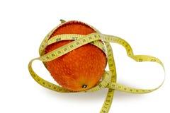 Gacfruit met het Meten van band op witte achtergrond Stock Afbeeldingen