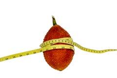 Gacfruit met het Meten van band op witte achtergrond Stock Foto's
